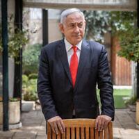 Benjamin Netanyahu, alors Premier ministre, dans sa résidence à Jérusalem, le 18 mars 2021. (Yonatan Sindel / Flash90)