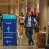 Des passagers attendent de se faire dépister au coronavirus à l'aéroport international Ben-Gurion, le 20 juin 2021. (Crédit : Yossi Aloni/FLASH90)