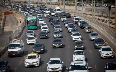 Des embouteillages sur l'autoroute d'Ayalon, le 30 mars 2021. (Crédit : Miriam Alster/FLASH90)