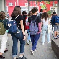 Des élèves israéliens retournent à l'école à Tel Aviv, le 18 avril 2021. (Crédit : Avshalom Sassoni/Flash90)