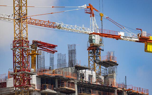 Le chantier de construction d'un nouveau gratte-ciel, à Jérusalem, le 26 avril 2021. (Crédit : Nati Shohat/Flash90)