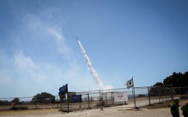 Le système antimissile du Dôme de fer lance un missile intercepteur vers des roquettes tirées depuis la bande de Gaza vers Ashkelon, le 19 mai 2021. (Crédit : Olivier Fitoussi/Flash90)