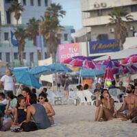 Des Israéliens profitent de la plage à Tel Aviv, le 22 mai 2021. (Crédit : Miriam Alster/FLASH90)