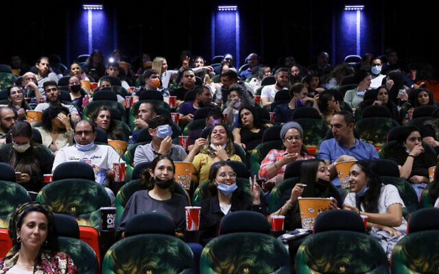 Des Israéliens vont voir un film au Cinema City de Jérusalem, le 27 mai 2021. (Crédit : Olivier Fitoussi/Flash90)
