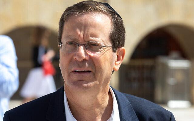 Le candidat à la présidentielle Isaac Herzog au mur Occidental, le 1er juin 2021. (Crédit : Olivier Fitoussi/Flash90)