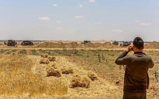 Des bulldozers de Tsahal travaillent à la frontière entre Israël et Gaza, à l'est de Khan Yunis, dans le sud de la bande de Gaza, le 2 juin 2021. (Abed Rahim Khatib/Flash90)