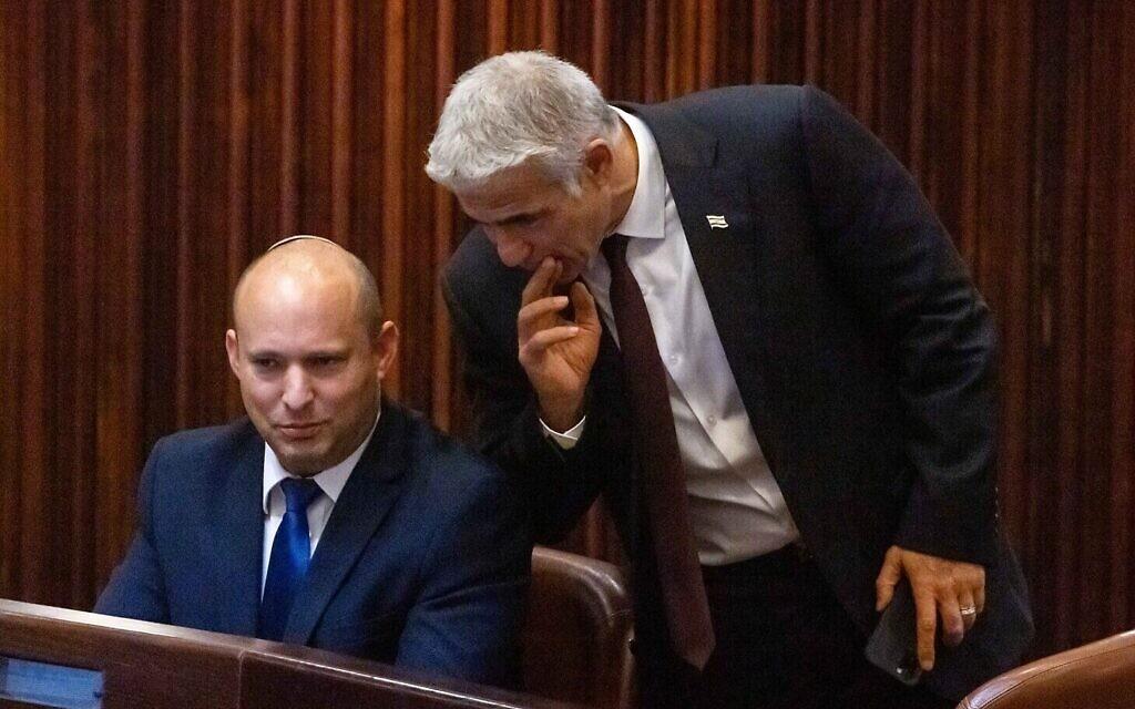Le chef du parti Yamin Naftali Bennett et le chef du parti Yash Atid Yair Lapid dans la salle du plénum du parlement israélien lors du vote des élections présidentielles, à Jérusalem, le 2 juin 2021. (Crédit ! Olivier Fitoussi/Flash90)