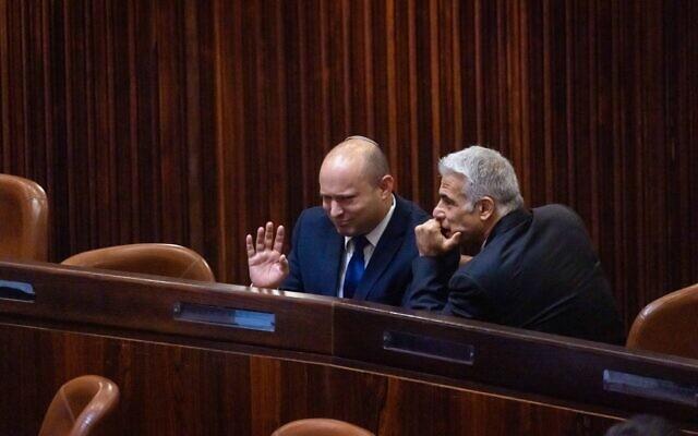 Le chef du parti Yamin Naftali Bennett et le chef du parti Yash Atid Yair Lapid dans la salle du parlement israélien lors du vote présidentiel, à Jérusalem, le 2 juin 2021. (Crédit ! Olivier Fitoussi/Flash90)