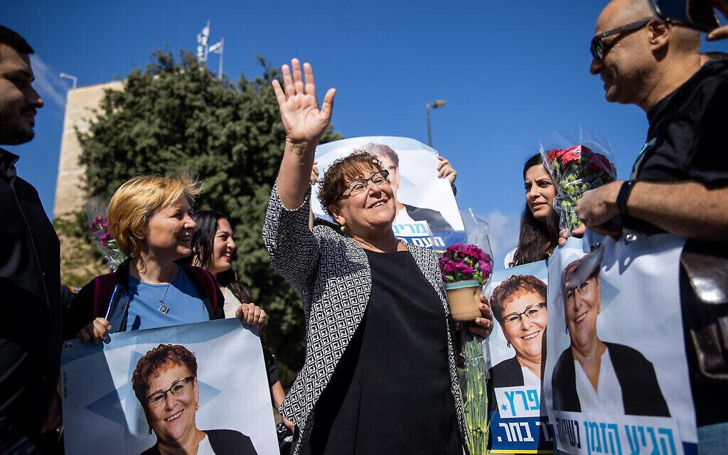 La candidate à la présidentielle Miriam Peretz accueillie par ses sympathisants devant la Knesset, le 2 juin 2021. (Crédit : Yonatan Sindel/Flash90)