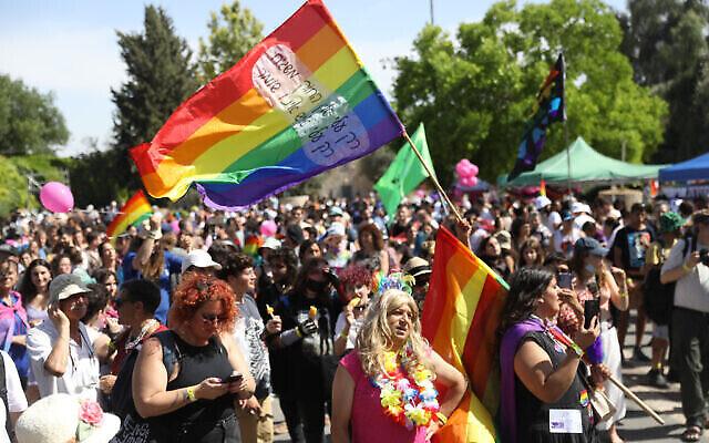 Les gens participent à un rassemblement marquant le défilé annuel de la fierté à Jérusalem, le 3 juin 2021. (Crédit : Noam Revkin Fenton/Flash90)