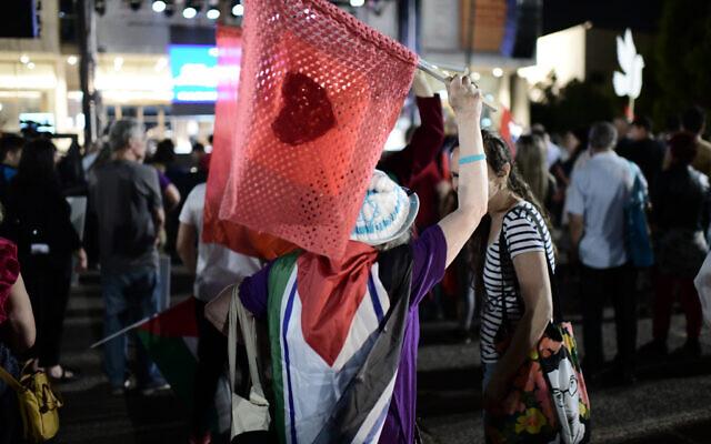 Des Israéliens et des Arabes manifestent en soutien à la coexistence à Tel Aviv, le 5 juin 2021. (Crédit : Tomer Neuberg/Flash90)