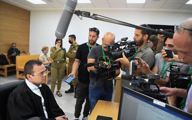 Benny Kuznitz, avocat de la famille d'un officier du renseignement militaire décédé en détention le mois dernier, parle aux journalistes avant une audience devant un tribunal militaire au quartier général de l'armée à Tel Aviv, le 7 juin 2021. (Crédit : Flash90)