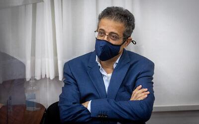 L'ancien PDG du site Walla, Ilan Yeshua, arrive pour son témoignage dans l'affaire contre le Premier ministre Benjamin Netanyahu dans son procès sur des allégations de corruption, de fraude et d'abus de confiance, au tribunal de district de Jérusalem, le 7 juin 2021. (Crédit : Yonatan Sindel/Flash90)