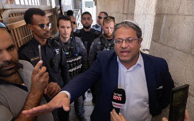 Le député du Parti sionise religieux Itamar Ben Gvir est bloqué par la police israélienne alors qu'il tente de monter sur le Mont du Temple dans la vieille ville de Jérusalem, le 8 juin 2021. (Crédit : Olivier Fitoussi/FLASH90)
