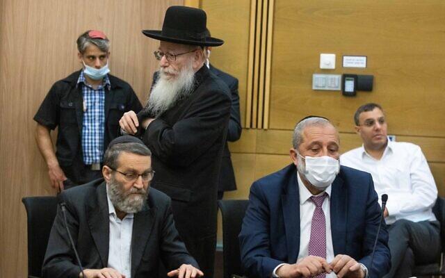 Le leader de Yahadout HaTorah, Moshe Gafni, à gauche, le dirigeant du Shas Aryeh Deri et le député de Yahadout HaTorah, Yaakov Litzman, lors d'une conférence de presse à la Knesset, le 8 juin 2021. (Crédit :Yonatan Sindel/Flash90)