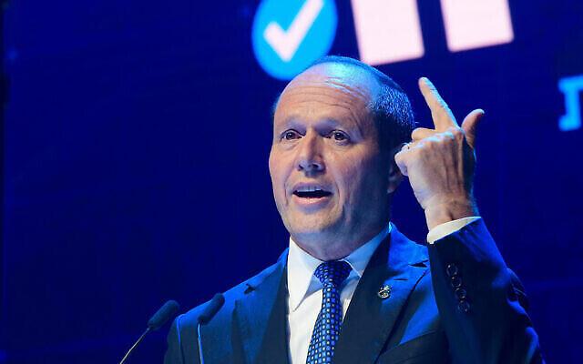 Le député Likud Nir Barkat s'exprime lors d'une conférence du parti à Tel Aviv le 10 juin 2021. (Avshalom Sassoni / Flash90)