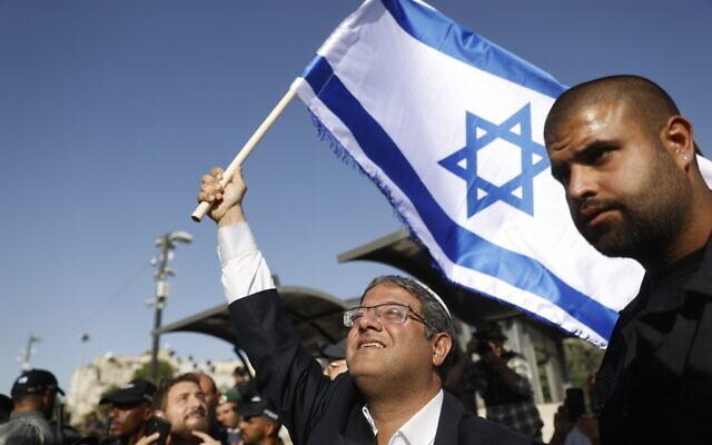 Itamar Ben Gvir, chef du parti d'extrême droite Otzma Yehudit, tient un drapeau d'Israël à la porte de Damas, à Jérusalem, le 10 juin 2021. (Crédit : Yonatan Sindel/FLASH90)