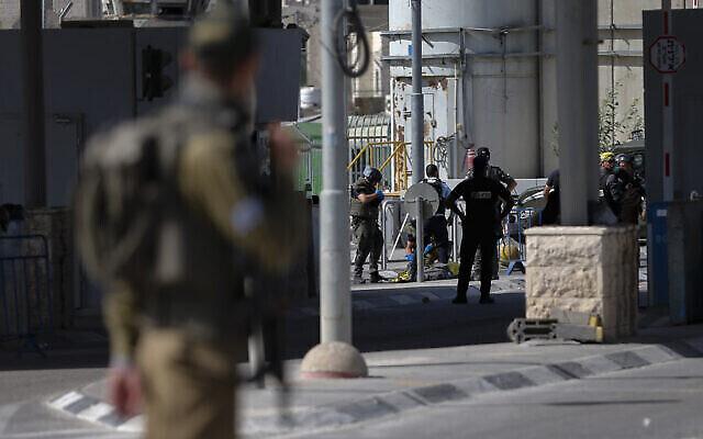 Les forces de sécurité israéliennes montent la garde après qu'une femme palestinienne ait été abattue, au poste de contrôle de Qalandiya près de Jérusalem, le 12 juin 2021. (Crédit: Jamal Awad/Flash90)
