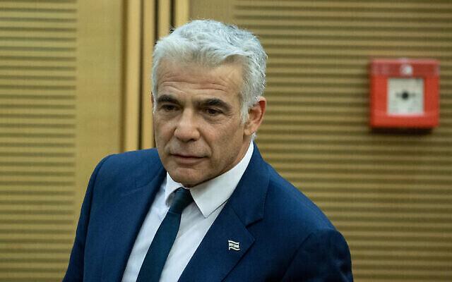 Le ministre des Affaires étrangères Yair Lapid arrive pour la première réunion de cabinet du nouveau gouvernement, le 13 juin 2021. (Crédit :  Yonatan Sindel/Flash90)