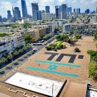 """Le mot """"Ensemble"""" écrit sur la place Rabin à Tel Aviv, au lendemain de la prestation de serment de Naftali Bennett en tant que nouveau Premier ministre, le 14 juin 2021. (Crédit : Avshalom Sassoni/FLASH90)"""