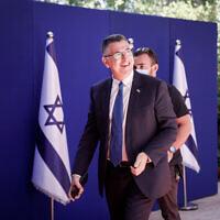 Le nouveau ministre de la Justice Gideon Saar arrive à la résidence du président de Jérusalem pour une photo de groupe du nouveau gouvernement, le 14 juin 2021. (Crédit : Yonatan Sindel/FLASH90)