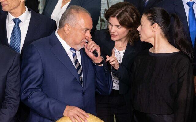 Le ministre des Finances Avigdor Liberman, à gauche, avec la ministre de la Protection environnementale Tamar Zandberg, au centre, et la ministre des Transports Merav Michaeli à la résidence du président à Jérusalem, le 14 juin 2021. (Crédit : Yonatan Sindel/Flash90)