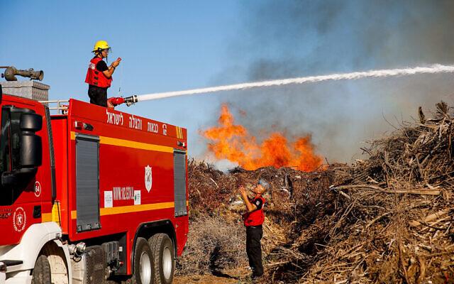 Les pompiers tentent d'éteindre un incendie dans le sud d'Israël qui a été déclenché par un dispositif incendiaire accroché à un ballon lancé par les Palestiniens dans la bande de Gaza, le 15 juin 2021. (Crédit : Flash90)