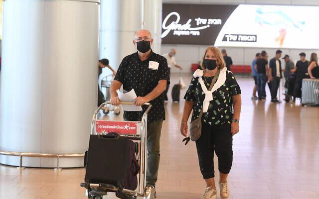 Des voyageurs à l'aéroport international Ben Gurion, près de Tel Aviv, le 21 juin 2021. (Crédit : FLASH90 )