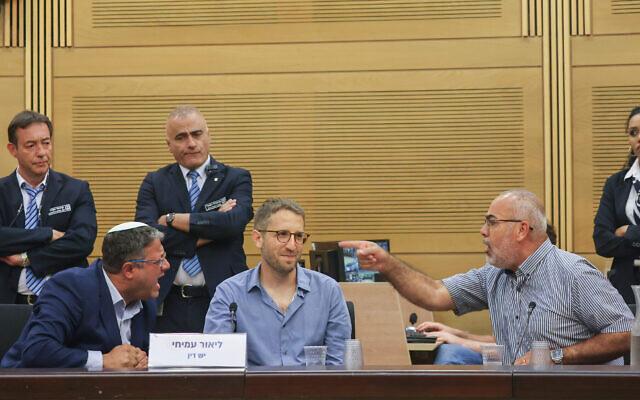 """Le député arabe Osama Saadi et le parlementaire d'extrême-droite Itamar Ben Gvir se disputent pendant un événement intitulé """"54 ans après : de l'Occupation à l'Apartheid"""", organisé à la Knesset le 22 juin 2021. (Crédit :Yonatan Sindel/FLASH90)"""