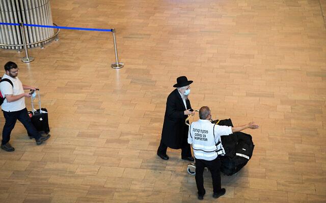Des voyageurs arrivent à l'aéroport Ben Gurion, le 23 juin 2021. (Crédit :  Flash90)