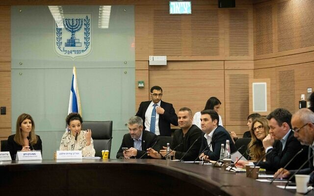 La députée Idit Silman (2e à gauche), présidente de la commission des arrangements de la Knesset, dirige une réunion de la commission à la Knesset à Jérusalem, le 23 juin 2021. (C'rédit : Yonatan Sindel/ Flash90)