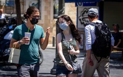 Des Israéliens portent des masques à Jérusalem, le 27 juin 2021. (Crédit : Olivier Fitoussi/Flash90)