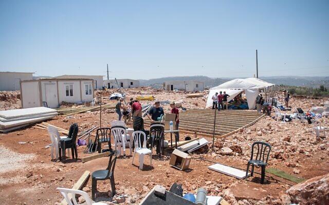 Des résidents de l'avant-poste illégal d'Evyatar, dans le nord de la Cisjordanie, le 28 juin 2021. (Crédit : Flash 90)