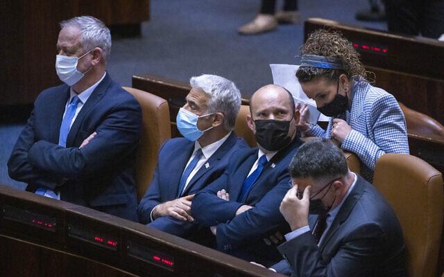De gauche à droite : Le ministre de la Défense Benny Gantz, le ministre des Affaires étrangères Yair Lapid, le Premier ministre Naftali Bennett, la députée Idit Silman et le ministre de la Justice Gideon Saar lors d'une séance plénière à la Knesset de Jérusalem, le 29 juin 2021. (Crédit : Olivier Fitoussi/Flash90)