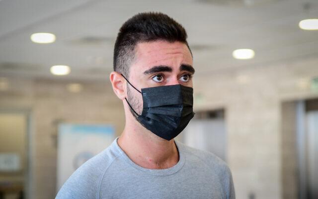Yonatan Fadida, le chauffard qui a tué les cyclistes israéliens  Tomer Weinstein et Yaniv Lugasi l'année dernière, lors de son arrivée au tribunal de Lod pour entendre le verdict, le 30 juin 2021. (Crédit :  Avshalom Sassoni/Flash90)