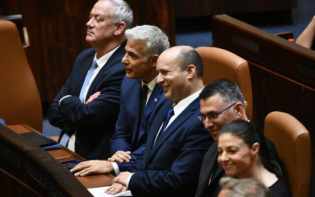 (De gauche à droite) Benny Gantz, Yair Lapid, Naftali Bennett, Gideon Saar et Merav Michaeli après l'approbation de leur nouvelle coalition à la Knesset, le 13 juin 2021. (Crédit : Haim Zach / GPO)