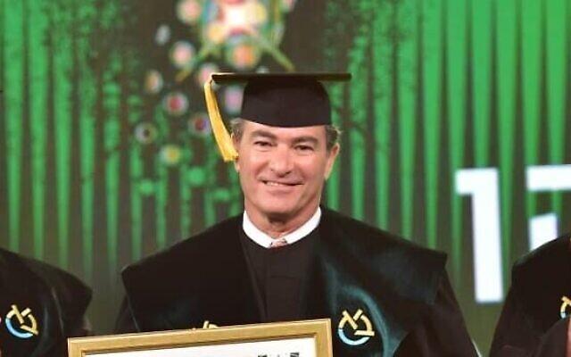 Yossi Cohen reçoit un doctorat honoris causa de l'université Bar-Ilan, le 30 mai 2021. (Crédit : Shlomi Amsalem/Bar-Ilan University)