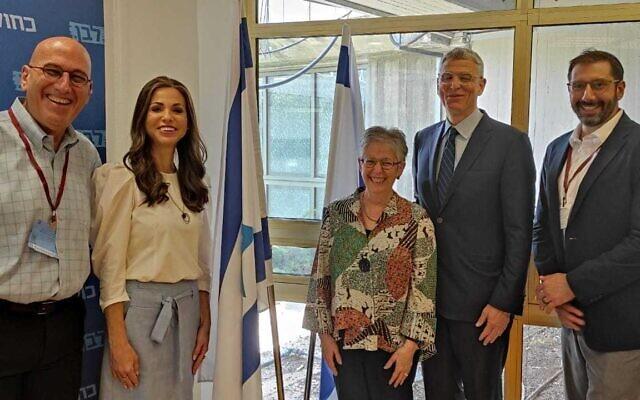 De gauche à droite : Yair Lotstein, la ministre des Affaires de la Diaspora Omer Yankelevitch, Jennifer Brodkey Kaufman, le rabbin Rick Jacobs et le rabbin Josh Weinberg. (Crédit : ministère des Affaires de la Diaspora)