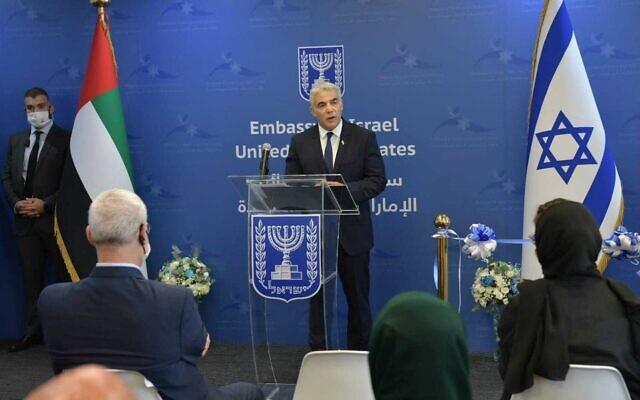Le ministre des affaires étrangères Yair Lapid pendant l'inauguration de l'ambassade israélienne d'Abu Dhabi, le 29 juin 2021. (Crédit : Shlomi Amsalem/GPO)