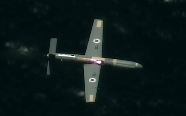 Un système laser haute puissance installé sur un avion Cessna crée un trou dans un drone au-dessus de la mer dans le cadre d'un test du système par le ministère de la Défense et le sous-traitant en armement Elbit Systems en juin 2021. (Crédit : Ministère de la défense)