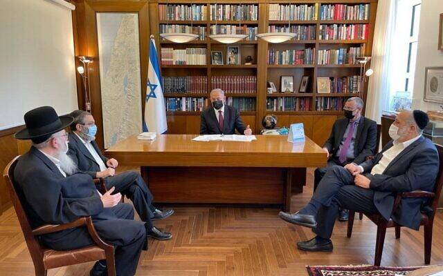 Le Premier ministre Benjamin Netanyahu, au centre, rencontre les dirigeants de ses partis alliés, le ministre du Logement Yaakov Litzman (G), le leader du parti Yahadout HaTorah Moshe Gafni (2G), le ministre de l'Intérieur Aryeh Deri (D) ainsi que le président de la Knesset Yariv Levin (2G) dans le bureau du Premier ministre à Jérusalem, le 6 mai 2021. (Crédit : Likud)