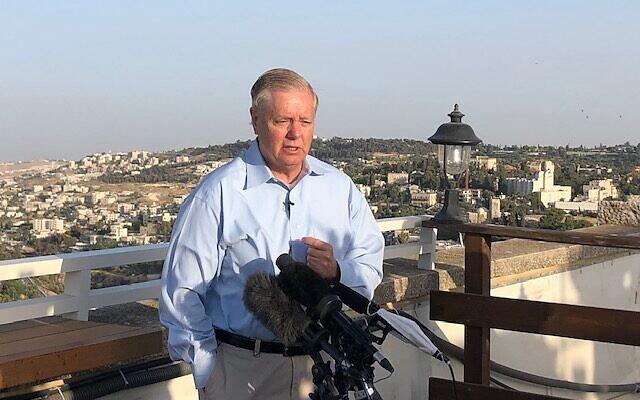 Le sénateur républicain de Caroline du sud Lindsey Graham s'exprime devant les journalistes sur le toit de l'hôtel King David, le 1er juin 2021. (Crédit : Lazar Berman/Time of Israel)
