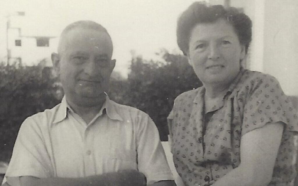 Hugo et Lucie Mendel sur le balcon de leur appartement de Tel Aviv avant le suicide de Hugo, en 1957. (Autorisation : Emanuel Rosen)