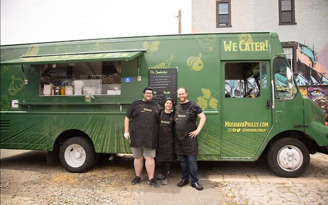 Chef Nir Sheynfeld, à droit, avec ses collègues du foodtruck Moshava. (Crédit : Moshava)