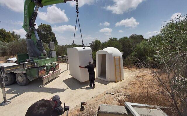 L'abri anti-bombe livré le lundi 14 juin 2021 à Netiv HaAsara, près du passage d'Erez, par l'ambassade chrétienne internationale de Jérusalem. (Crédit : ICEJ)