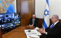 Illustration : Le Premier ministre Benjamin Netanyahu (R) tient la réunion hebdomadaire du cabinet par appel de vidéoconférence depuis le bureau du Premier ministre à Jérusalem en raison de la réglementation sur le coronavirus, le 15 mars 2020. (Haim Zach/GPO)