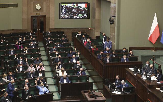 Les législateurs polonais pendant le vote - certains au parlement, d'autres à distance - à Varsovie, en Pologne, le mardi 4 mai 2021. (Crédit : AP Photo/Czarek Sokolowski)