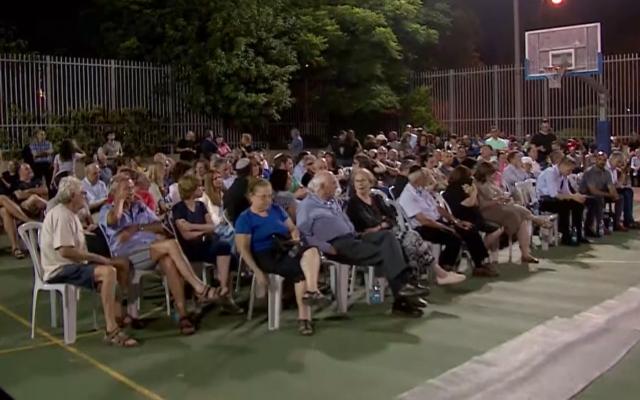 Des habitants de la ville de Raanana dans la région du centre tiennent une réunion publique pour se plaindre des mesures de sécurité renforcées autour de la résidence privée du nouveau Premier ministre Naftali Bennett, le 22 juin 2021. (Capture d'écran : La Treizième chaîne)