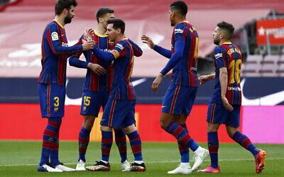 Légende: Lionel Messi, du FC Barcelone, célèbre avec ses coéquipiers l'ouverture du score lors du match de football de la Liga espagnole entre le FC Barcelone et le Celta au stade Camp Nou de Barcelone, en Espagne, le 16 mai 2021. (Crédit:AP Photo/Joan Monfort)
