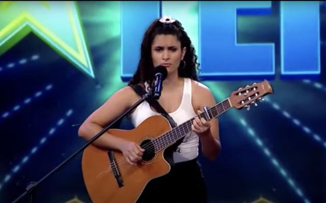 Lucie Abealar, candidate à l'èmission Got Talent Uruguay, qui s'est qualifiée pour le deuxiéme round grâce à sa reprise acoustique de Hatikvah (Crédit: Youtube)>
